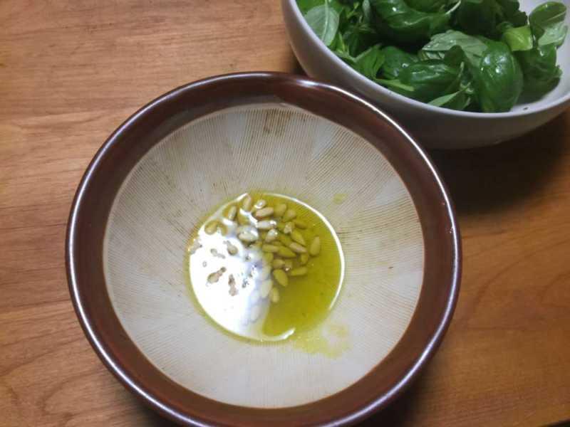 松の実とオリーブオイル
